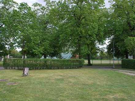 unbebautes Baugrundstück im Grünen mit Blick auf´s Feld