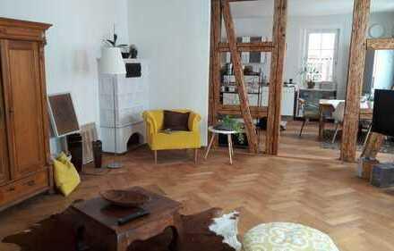 Stilvoll renovierte Wohnung in historischem Gebäude mit sonnigem Garten.