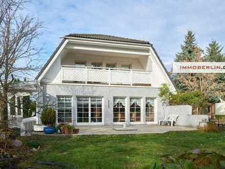 IMMOBERLIN: Elegantes Einfamilienhaus mit ruhigem Südgarten, Einliegerwohnung & separatem Büro