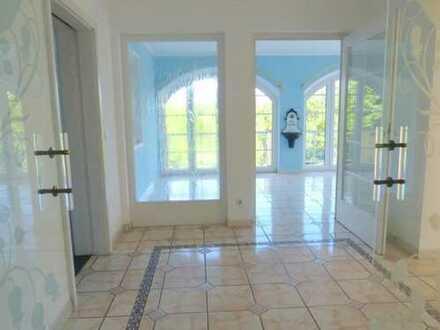 Villa mit Doppelgarage im UG, in sonniger, naturnaher Randlage, mit Terrassen und schöner Aussicht!