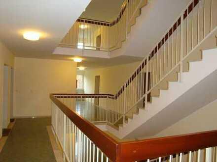 Ruhige helle 3-Zimmer-Wohnung, komplett renoviert, Parkettboden, 2 Balkone, Kü/Fenster