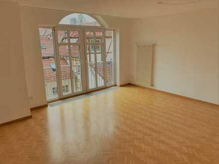 Sonnige 3-Zimmer-Wohnung mit Parkett neuer Markeneinbauküche und Aufzug im Zentrum