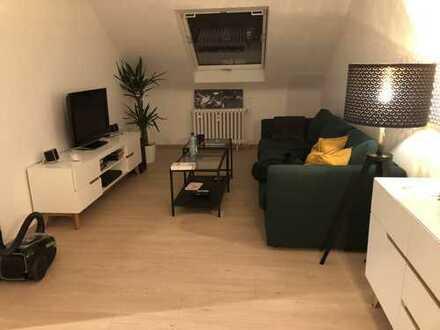 Kernsanierte 2-Zimmer-DG-Wohnung mit EBK in Düsseldorf