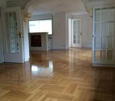 Gepflegte 3,5-Zimmer-Hochparterre-Wohnung mit Balkon und Einbauküche in Baden-Baden