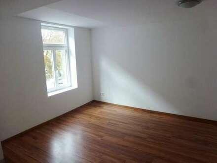 Wohnung mit Charakter am Steintor: Kleine 2,5-Zimmer-Wohnung mit EBK und Stellplatz