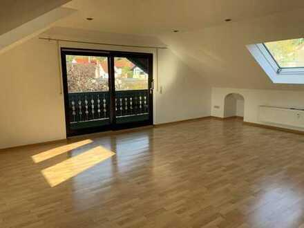 Traumhafte DG-Wohnung mit Eckbadewanne, EBK, Balkon etc. zu vermieten !