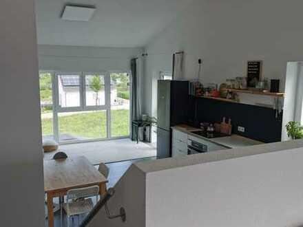 Neuwertige Wohnung mit vier Zimmern und Balkon in Birkenfeld