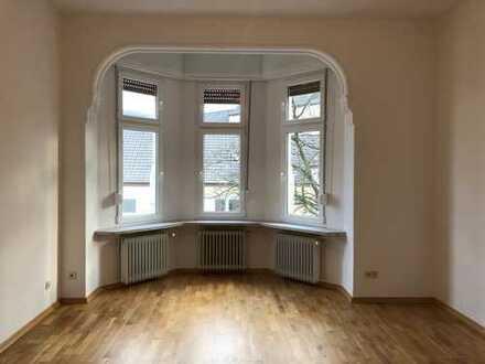 Altbau, 4 Zimmer + Gästezimmer + Balkon, Jugendstil-Wohnung, saniert und hell, 150 qm.