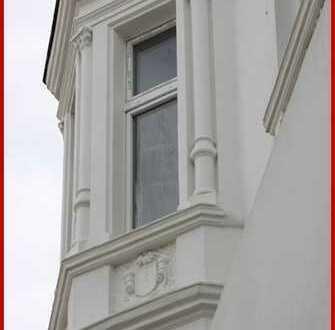 www.huesch-immobilien.de Bezaubernde 2-Raumwohnung mit Wohnküche, Balkon u. Lift im DG, alles neu!