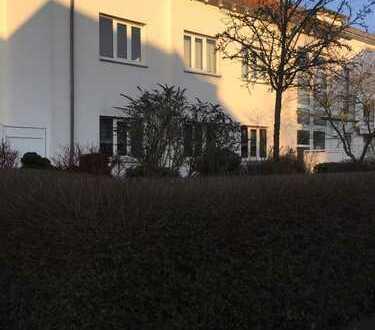 Helle, ruhige und moderne 4-Zimmer-Wohnung mit Balkon und EBK in Dreieieich