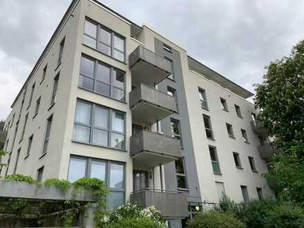 Stilvolle, neuwertige 2-Zimmer-Wohnung mit Balkon und Einbauküche im östlichen Ring mit Garage