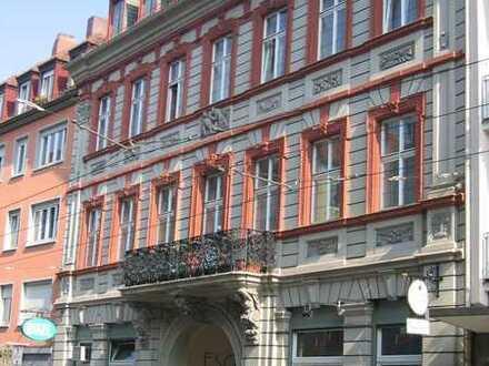 2-Zimmerwohnung mit Balkon in belebter Straße