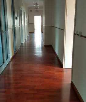 Büro- und Gewerbeflächen zu vermieten.