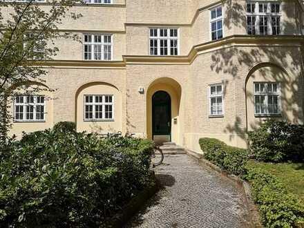 Sanierte 3 Zimmer-Altbauwohnung mit Balkon in ruhiger Nebenstraße Nähe Schloßstraße in Steglitz