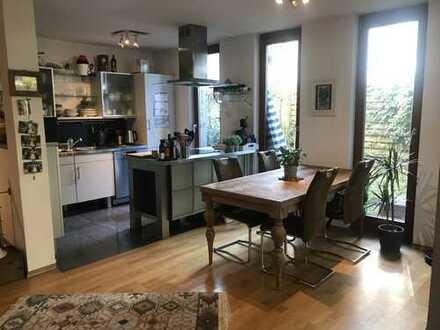Exklusive, geräumige 2-Zimmer-Erdgeschosswohnung mit Balkon und Einbauküche in Muenchen
