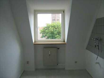 Vollständig renovierte DG-Wohnung mit zweieinhalb Zimmer, Küche,Diele und Bad