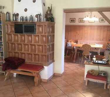 # Teilmöblierte renovierte 5-Zimmer-EG-Wohnung, Einbauküche, Terrasse, Außenküche im Gartenhaus