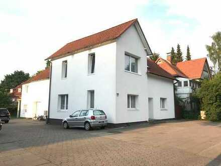 Mehrfamilienhaus & Gewerbefläche bestehend aus 3 Wohnungen, einem Büro mit Lager und einer Garage in