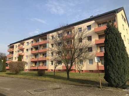 Bezugsfrei! Gepflegte 2-Zimmer-Wohnung mit überdachtem Balkon, Einbauküche und Keller