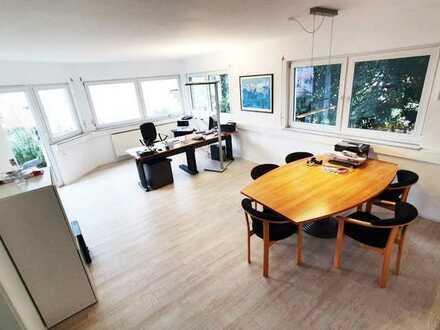 Heller, möblierter Büroraum mit WC, Terrasse, Parkplatz