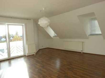 Großräumig, hell, behaglich: schöne Dachgeschoßwhg. 3ZKB mit Balkon, etc.+ Garage + viele Extras!