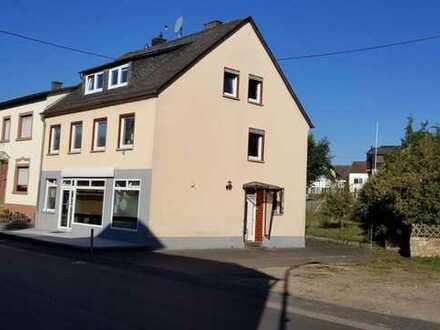 Binsfeld Ortszentrum, Geschäftshaus mit geräumiger Wohnung, Doppelgarage und Garten