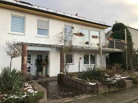 Repräsentative 5-Zi.-Wohnung mit. beh. Wintergarten, Terr., Garten, Doppelgarage, Balk m. Fernblicki