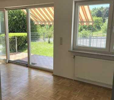 ***Wohnung mit Haus-Charakter***Ideal für zwei Personen. Hell,sonnig mit Parkett, EBK und Terrasse.