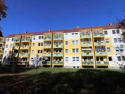 Frisch gestrichen! 2 Zimmer/ Balkon mit Verglasung/Bad mit Dusche