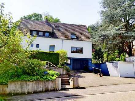 Zweifamilienhaus mit Südgarten, Terrasse, Loggia und 2 Garagen in Neustadt- Hambach