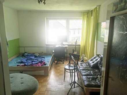 Helles geräumiges Zimmer mit Balkon