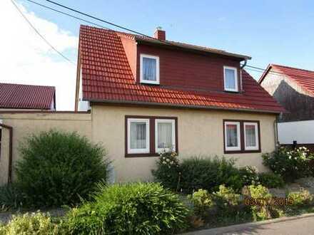 Gepflegtes, kleines Einfamilienhaus mit Grundstück, Garage und Nebengelass zu verkaufen.