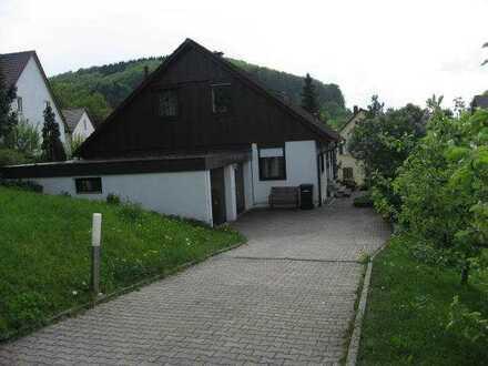 Ruhige, helle 2-Zimmer-DG-Wohnung mit Balkon und EBK in Gammelshausen