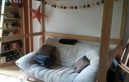 Nettes Zimmer mit einem Balkon in einer 2er WG