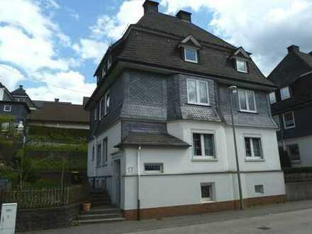 schöne, großzügige Etagenwohnung mit Balkon in guter und zentraler Lage in Altenhundem