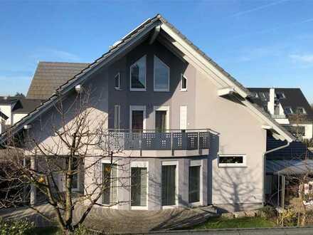 Architektonisch ansprechendes, helles Einfamilienhaus mit ELW, Garten und großer Garage