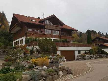 Stilvolle, gepflegte 2-Zimmer-DG-Wohnung mit Balkon und EBK in Oberstaufen