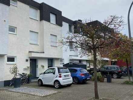 Vollständig renovierte 2-Zimmer-Erdgeschosswohnung mit Einbauküche in Wahn, Köln