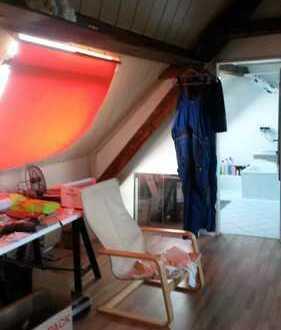 gemütliche 1 Zimmer-Dachgeschoßwohnung, sep. Küche mit Einbauküche und Bad