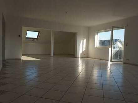 Große, helle 4-Zimmer Dachgeschosswohnung mit offener Küche und Balkon in toller Lage