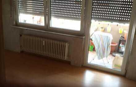 Schönes Zimmer (12 qm) mit Balkonzugang in 3 Zimmerwohnung zu vermieten