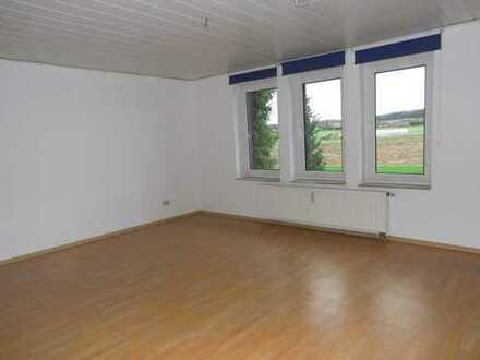 Frisch renovierte 4-Zimmer Wohnung mit Balkon, Garage und freiem Blick in die Natur