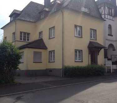Preiswerte, gepflegte 2-Zimmer-DG-Wohnung mit Einbauküche in Kaisersesch