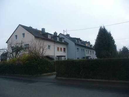 Frankfurt Zeilsheim: Geräumiges Reihenmittelhaus mit Wintergarten und großem Garten in guter Lage