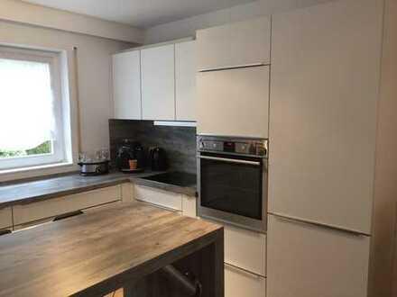 Schöne 3-Zimmer Maisonette-Wohnung mit Balkon, Einbauküche und begehbarem Kleiderschrank.