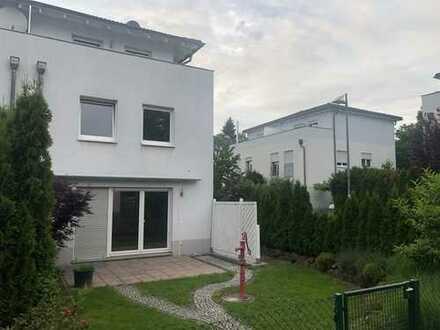 Schönes, geräumiges Haus mit vier Zimmern in Frankfurt am Main, Bonames