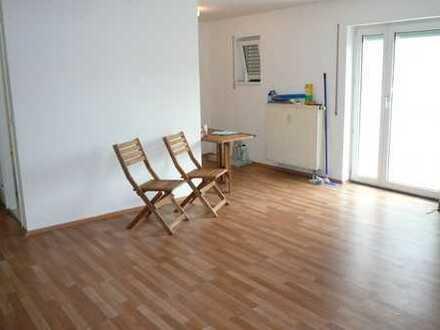 Große frisch renovierte 1 Zimmer Wohnung mit Balkon zu vermieten.