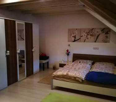 Ein Tolles helles Zimmer in einer DG Wohnung