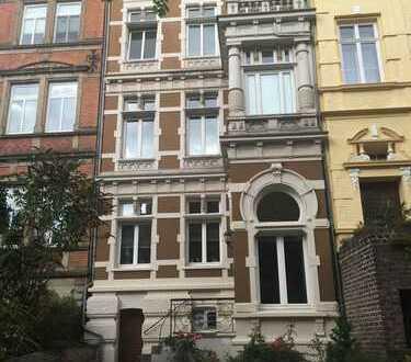 *** wunderschöne neu renovierte Altbau 2 Zimmer Wohnung direkt am Lousberg ***