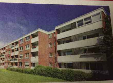 Vollständig renovierte 2,5-Zimmer-DG-Wohnung mit Balkon und Einbauküche in Bremen